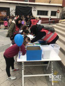 Grupo de voluntarios de la ayudando en los talleres para niños